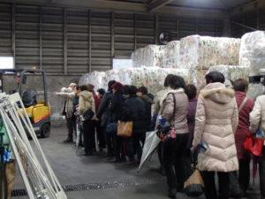 リサイクルできる状態に梱包されたリサイクルプラと参加者